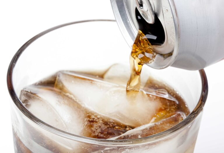 Read more about the article Almindelig eller light sodavand: Hvad skal du vælge?
